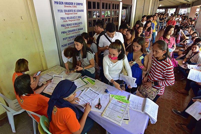 DAVAO. Nagtapok ang gatusan ka mga molupyo sa unang distrito sa Davao City atol sa registration sa Commission on Election 11 sa ilang opisina sa Magsaysay Park, Davao City nga gitakdang matapos adlaw'ng Lunes, Septyembre 30. (Macky Lim)