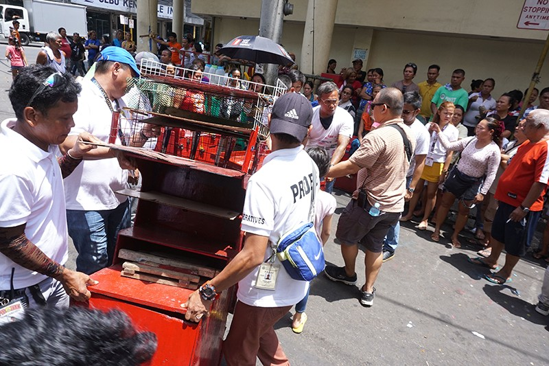 BYE, COLON. Hello, TABO: Members of the Cebu City Prevention, Restoration, Order, Beautification and Enforcement (Probe) team  help sidewalk vendors who had been removed from Osmeña Blvd. and Colon St., relocate to the Tabo sa Banay in Barangay Ermita Saturday, Sept. 28, 2019.(Photo By Alex Badayos)