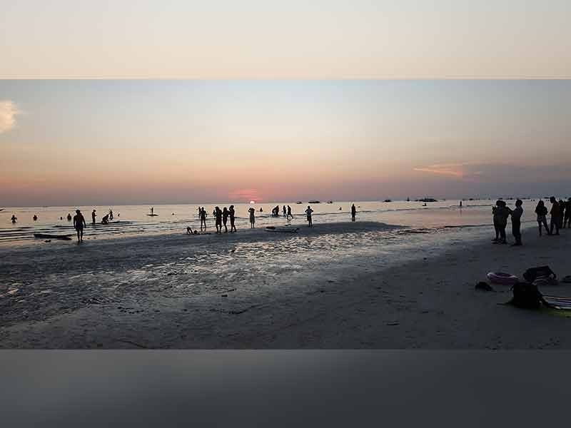 BORACAY. Aside from the white beach, the sunset in Boracay is also a tourist attraction. However, tourists and residents are reeling from the heat because of the series of brownouts currently being experienced in the island. (Photo by Jun N. Aguirre)