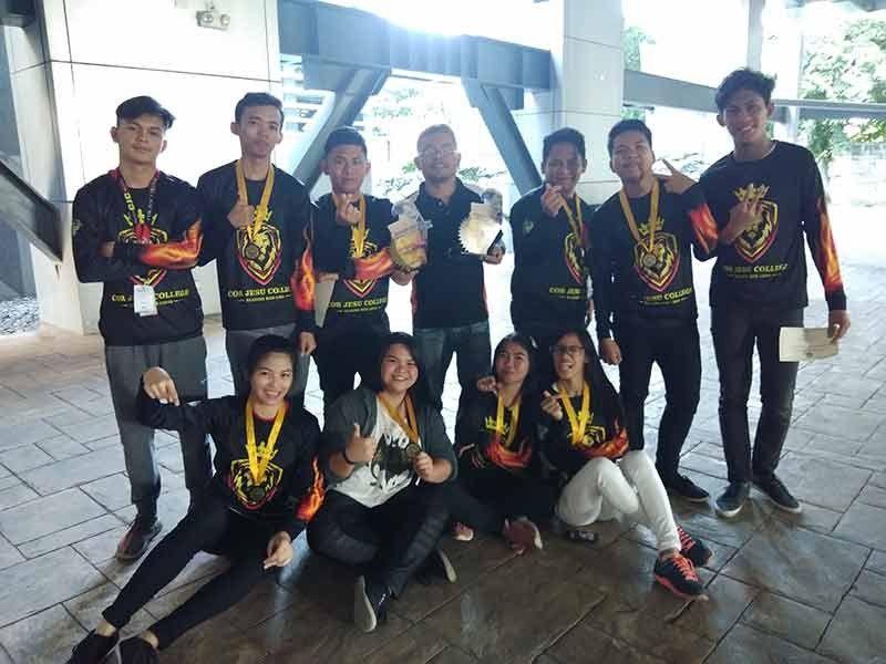 DAVAO CITY. Ang Cor Jesu College of Digos men's ug women's teams nanguna sa Dacs Sportsfest 2019 college chess competition nga gihimo sa Ateneo de Davao University sa Jacinto Street, Davao City ning bag-o lang. (Jayjay Geverola Erum via Facebook)