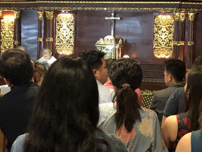DAVAO CITY. Mihunong kadali sa pag-Misa alang sa bunyag ang Pari sa Sacred Heart of Jesus Parish-SHJP, Obrero, Davao City dihang milinog alas 10:16 sa buntag niadtong Dominggo, Septiyembre 29. Sa laing bahin, nanggawas sab ang mga mikuha og exam alang sa Licensure Examination for Teachers (LET) sa mga tunghaan sa Davao City, hinuon mibalik sab sila dayon og exam human sa pipila ka minuto. Ang maong linog usa ka Magnitude 6.1 nga ang epicenter niini anaa sa Jose Abad Santos, Davao Occidental. (Jeepy P. Compio)