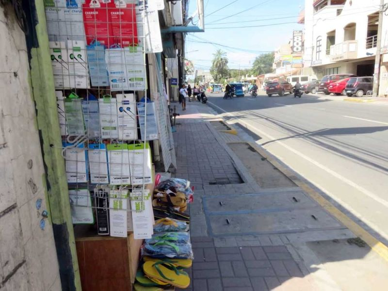 SIDEWALK. Pedestrians can now use the sidewalks in Mandaue City with ease. (SUNSTAR FOTO / ALLAN CUIZON)