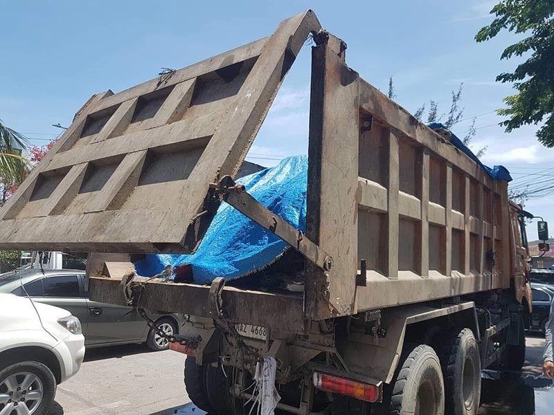 CEBU. Lalake naa sa talandugon nga kahimtang human giingong napusa ang iyang duha ka itlog human mabanggai sa usa ka pribadong garbage truck sa  Barangay Tejero. (Tampo nga hulagway)