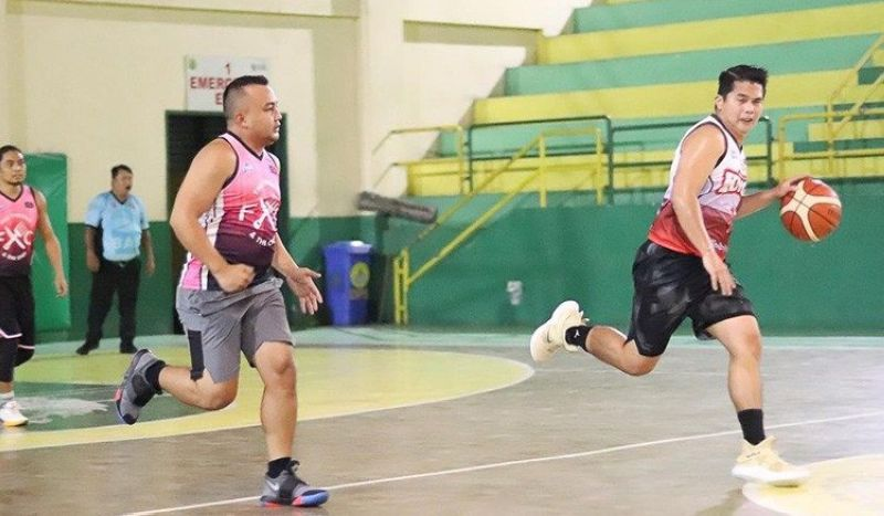 Mark Ynoc of the Hardcourt Kings brings the ball up as they faced the Vipers in last Sunday's match-up of the Cebu Premier Basketball League ARQ Builders Cup. Ynoc and the rest of the Kings eventually won their match. (Contributed foto)