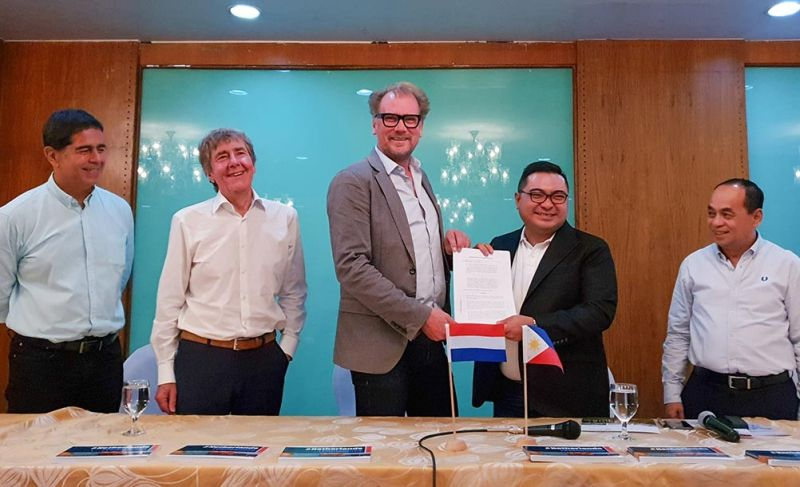 PARTNERS. Officials of ARN Central Waste Management and its Dutch partners sign a memorandum of understanding on Sept. 30, 2019. (SunStar photo / Arni Aclao)
