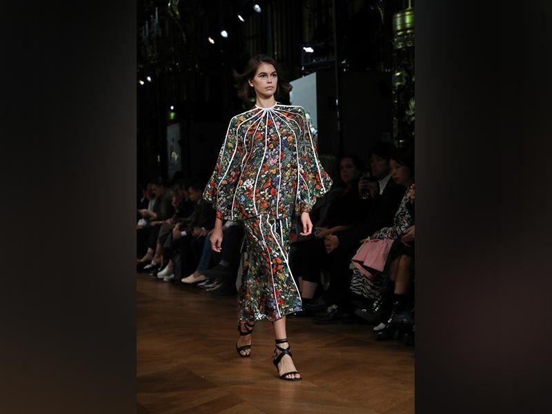 PARIS. Model Kaia Gerber wears a creation as part of the Stella McCartney Ready-To-Wear Spring/Summer 2020 collection, unveiled during the fashion week, in Paris, Monday, September 30, 2019. (AP)