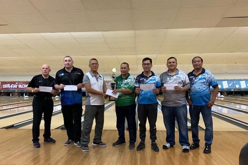 TOP KEGLERS. September champion Ging Francisco (fourth from left) receives the trophy and cash prize from Cebu Tenpin Bowling Association president Eric Bucoy. (Contributed photo)