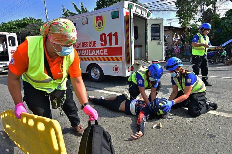 DAVAO. Gitabang sa mga personahe sa Davao City Central 911 ang lalaking nahapla sa kalsada human sa aksidente sa motor kagahapon, Oktubre 1, sa Quimpo Boulevard, Davao City. Sumala sa mga nakakita, kusog ang dagan nga niresulta sa iyang pagkalagpot pila ka metros gikan sa gitumbahan sa motor. (Macky Lim)