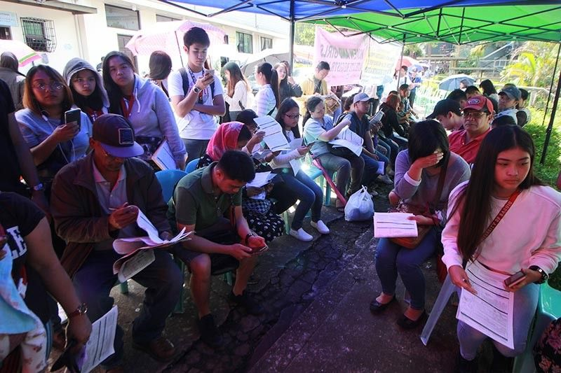 BAGUIO. On September 30, last day of voter's registration for the 2020 barangay elections, long queue of people await for their turn to register at the Commission on Elections office on Governor Pack Road. (Jean Nicole Cortes)