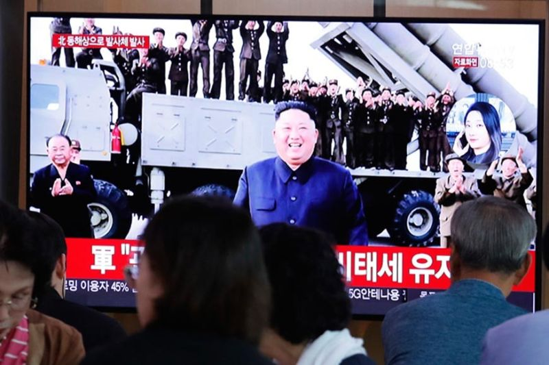 SOUTH KOREA. People watch a TV showing a file image of North Korean leader Kim Jong Un during a news program at the Seoul Railway Station in Seoul, South Korea, Wednesday, October 2, 2019. North Korea on Wednesday, October 3, fired projectiles toward its eastern sea, South Korea's military said, in an apparent display of its expanding military capabilities ahead of planned nuclear negotiations with the United States this weekend. (AP)