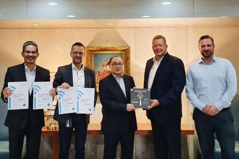 WINNER. Smart wins four awards in the latest Opensignal report. PLDT chairman and chief executive officer Manuel Pangilinan (center) received the awards from Opensignal executives Andy Burns (second from right) and Rob Lerner (right). Also present during the ceremonies were Smart president Al Panlilio (left) and PLDT-Smart chief technology and information advisor Joachim Horn (second from left). (Contributed photo)