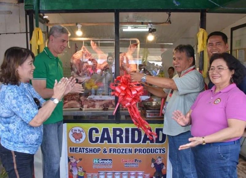 NEGROS OCCIDENTAL. Governor Eugenio Jose Lacson (second from left) and Mayor Salvador Escalante Jr. (center) lead the inauguration of a livelihood project at the public market of Cadiz City Tuesday, October 1, 2019. (Photo courtesy of Capitol PIO)