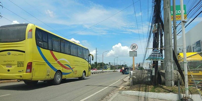FREE TO GO. A bus travels along the northbound lane of the Mananga Bridge in Talisay City, Cebu on Wednesday morning, Oct. 2, 2019. The traffic agencies of Talisay City and Cebu City decided to allow regular passenger and mini buses to take the Natalio Bacalso South National Highway to decongest the traffic at the Cebu South Coastal Road. (SunStar Photo/Fe Marie Dumaboc)