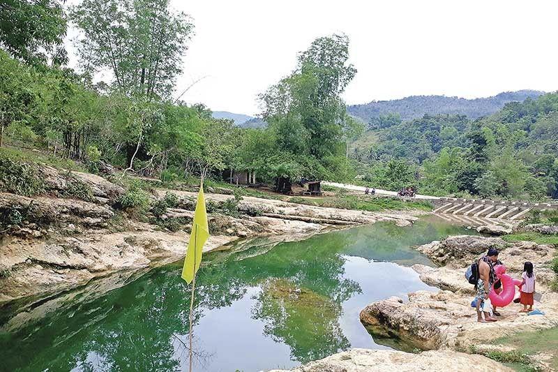 TURQUOISE GREEN: Natural ang pagka-kolor green sa tubig ug wa magpasabot nga kontaminado ang sapa. (Hulagway kuha ni Sheila C. Gravinez)