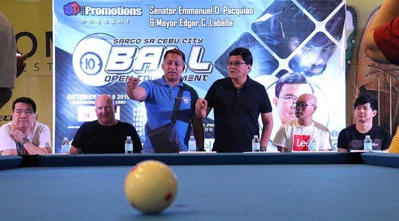 """SARGO 10-BALL: Si Cebu City Mayor Edgar Labella (tuo sa nagbarog) ug ang organizer nga si Elman """"Aris"""" Sacayanan (wala sa nagbarog) atol sa  press conference ug briefing sa mga partisipante sa Sargo sa Cebu City 10-Ball Open Tournament sa Robinson's Galleria kagahapon. Mitambong usab sa press conference sila si internationalists Warren Kiamco (wala), Mr. Bob Maclenan sa Scotland (ikaduha gikan sa wala), Mr. Hediki Saito sa Japan (ikaduha gikan sa tuo) ug Mr. Hushley Jusayan(tuo). Pormal nga sugdan ang panag-engkuwentro karong adlawa sa Galleria. (Amper Campaña)"""