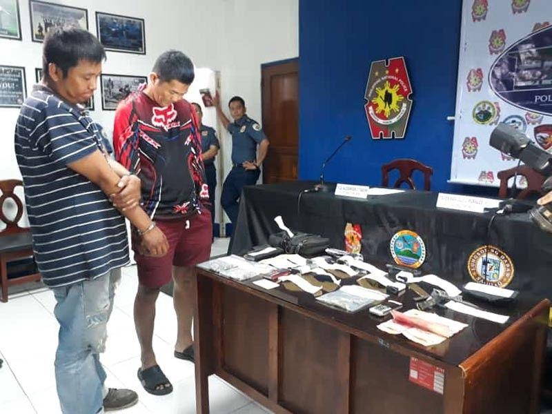 DAVAO. Nanghuyhoy si Police Staff Sergeant Elcelito Colita ug ang giingong igsuon sa usa ka opisyal sab sa pulis sa siyudad sa human madakpi sa buy-bust operation. Apil gipresentar ang nasakmit nga mga gamit. (Hulagway kuha ni Macky Lim)