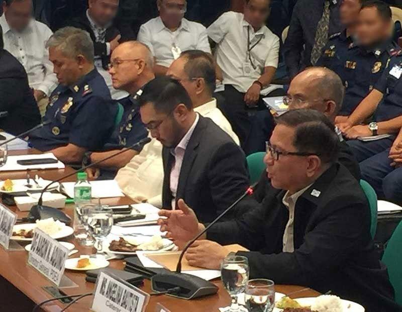MIASOY: Si Philippine Drug Enforcement Agency (PDEA) Director Aaron Aquino (tuo) nisulti sa Senado nga siya gitawgan ni PNP Chief Oscar Albayalde (ikaduha gikan sa wala) niadtong 2016 kalabot sa di pagpatuman sa pagtaktak sa 13 ka mga pulis sa Pampanga. (Third Anne Peralta, SunStar Philippines)