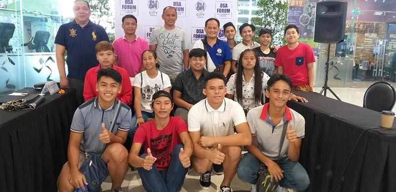 DAVAO. Samahang Basketbol ng Pilipinas-Davao operations head Ronel Leuterio is joined by coaches and players of SBP 3x3 regional qualifiers Barangays 76-A, 10-A and Santo Niño after Thursday's (October 3) Davao Sportswriters Association Forum at The Annex of SM City Davao. (Marianne Saberon-Abalayan)
