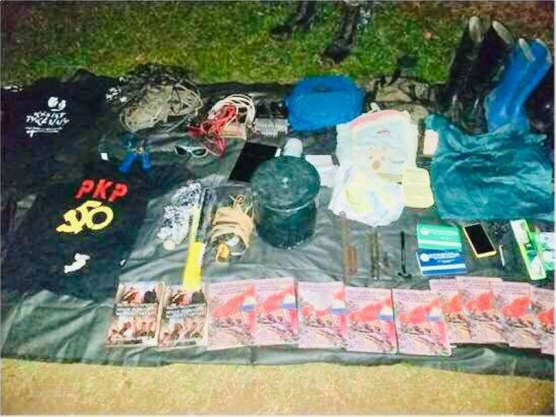 NEGROS ORIENTAL. The recovered cylindrical anti-personnel mine (center) and other war materials and items by the troops of 94th IB during the encounter with the NPAs in Barangay Bantolinao, Manjuyod, Negros Oriental, October 3, 2019.  (Contributed photo)