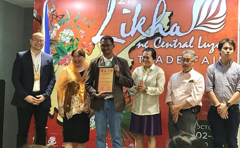 After generating about P2.106 million from last year's Likha ng Central Luzon Trade Fair, Amanda's Marine Products was recognized as the 3rd 2018 Likha Top Seller, while Khalimah Handicrafts and Souvenirs, a local business promoting the culture of Bataan through home decors and novelty items made from bamboo, received the Green Product Award from Department of Trade and Industry (DTI) during the opening of Likha 2019 held Wednesday, October 3, at SM Megamall, Mandaluyong City. (Contributed photo)