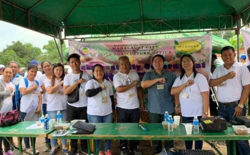 Mabalacat City Vice-Mayor Gerald Guttrie Aquino, together with City Agriculture Office employees, cooperatives, and farmers, flash the MCG sign during the launching of the Kabuhayan sa Gulayan on Wednesday, October 3, at Barangay Sapang Biabas, which will run from October to December 2019. (Photo by Chris Navarro)