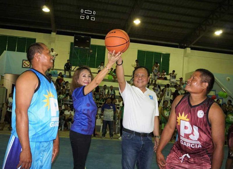 PJ CUP: Si Cebu Governor Gwen Garcia, ikaduha gikan sa wala, uban ni 3rd District Congressman Pablo John Garcia, ikaduha gikan sa tuo, ang mihimo sa ceremonial toss nga maoy pormal nga miabli sa 4th PJ Cup basketball and volleyball tournament nga gipahigayon niadtong Dominggo sa Pinamungajan Sports Complex. (TAMPO)