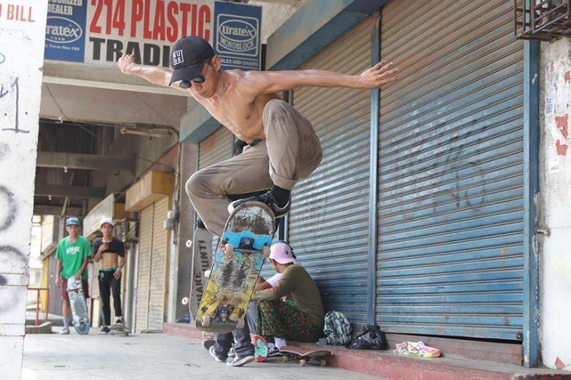 DAVAO. Halos paluparon niining usa ka skateboarder ang iyang skateboard sa iyang triks nga gibuhat sa usa ka sidewalk sa dalang Uyanguren, siyudad sa Davao,  kagahapon, Oktubre 6, 2019. Ang mga skateboarders ning siyudad gihatagan na sila og lugar sa lokal nga kagamhanan ilawom sa flyover sa Agdao diin didto gayod sila makapakita sa ilang talento niini. (Hulagway kuha ni Mark Perandos)