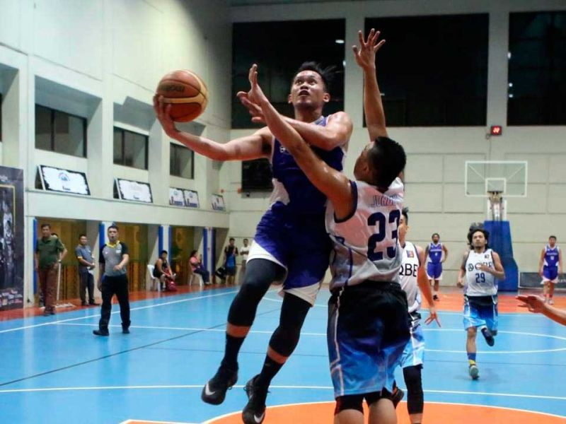 BREAK-AWAY.  Accenture guard Junas Misa drops two of his 11 points on a breakaway. (CONTRIBUTED FOTO)