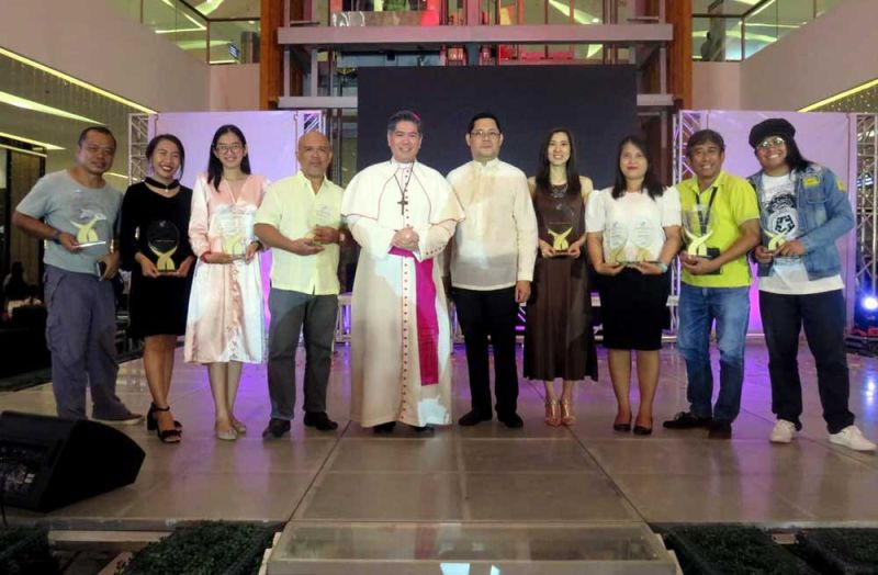 WINNERS: SunStar Cebu and Superbalita Cebu win nine of 11 prizes in the print category of the 19th Cebu Archdiocesan Mass Media Awards (Camma) Sunday, Oct. 6, 2019 at SM Seaside City Cebu. Auxiliary Bishop of the Archdiocese of Cebu Midyphil Billones and Msgr. Agustin Ancajas (fifth and sixth from left, respectively) pose with (from left), SunStar Cebu photographer Allan Cuizon, reporters Rona Fernandez and Johanna Bajenting, Superbalita Cebu news editor Roger Vallena, SunStar Cebu senior editor for print Cherry Ann Lim, Superbalita's Sheila Gravinez, SunStar Cebu chief photographer Alex Badayos and Superbalita editorial cartoonist Ariel Itumay holding SunStar Cebu's five plaques of recognition for winning Best in Editorial Writing, Best in Editorial Cartooning (Josua Cabrera), Best in Column Writing (Melanie Lim), Best in Special Reporting/ Investigative Writing (Cherry Ann Lim) and Best in Photojournalism (Alex Badayos), and Superbalita's four plaques of citation for Editorial Writing, Feature Writing, News Writing and Special Reporting/Investigative Writing (the last three by Sheila Gravinez). (CONTRIBUTED PHOTO)