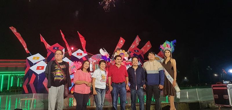 BACOLOD. Bacolod City Mayor Evelio Leonardia (center) leads the unveiling of the 40th MassKara festival ruby year art installation put up by local artist RJ Lacson, October 6, at the Bacolod Government Center (Carla N. Canet)