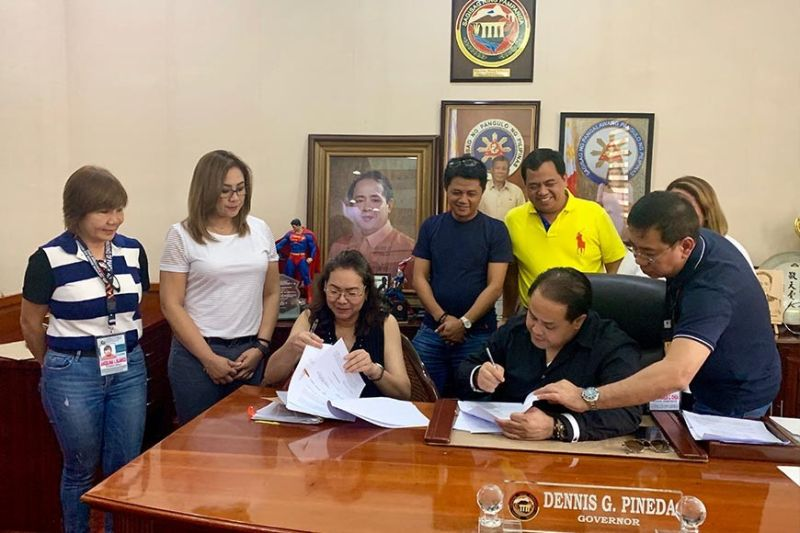 PAMPANGA. Governor Dennis Pineda signs a memorandum of agreement with Catherine Jane Yap-Caylao, president/medical director of Apalit Doctor's Hospital in Apalit, during the latter's visit at the Governor's Office on October 4, 2019. (Pampanga PIO)