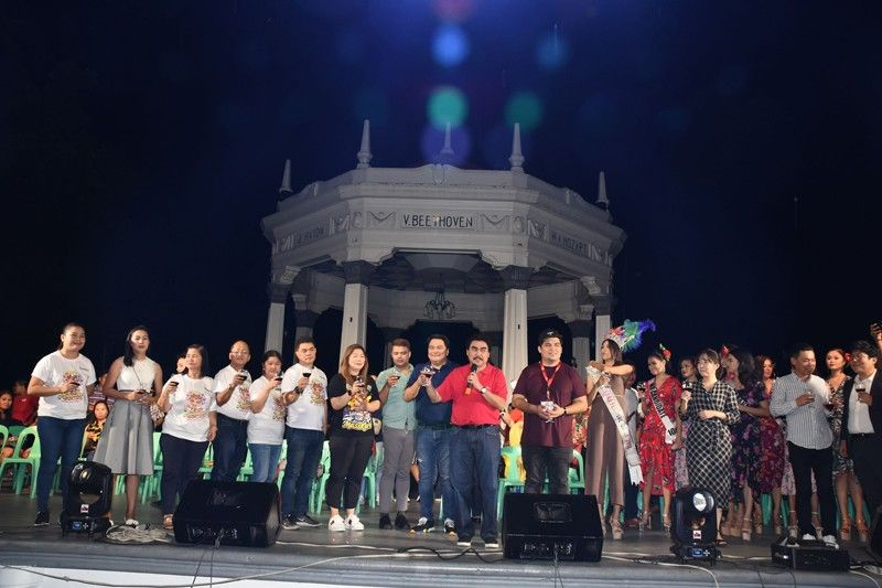 BACOLOD. Bacolod City Mayor Evelio Leonardia leads the toast during the opening of the 40th MassKara Festival Monday night, October 7, 2019, at the public plaza. (Merlinda A. Pedrosa)