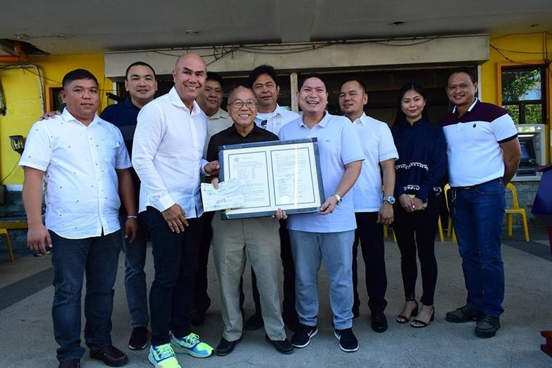 PAMPANGA. Mabalacat City Mayor Crisostomo Garbo and Vice Mayor Geld Aquino, along with members of the City Council, confer an award to Alex Castro, an advocate of culture and heritage, for the