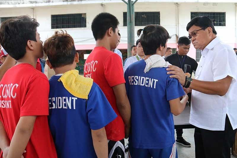 MITAHAN: Ang lima sa mga bata nga nanglayas sa Cebu City Operation Second Chance (CCOSC) gikahinabi og tagsa-tagsa ni Mayor Edgardo Labella. (Amper Campaña)