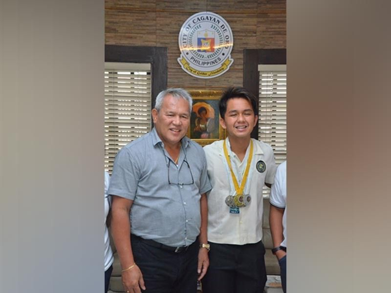CAGAYAN DE ORO. Swimmer Merrell James Neri of Cagayan de Oro College (COC-Phinma) with Mayor Oscar Moreno. (Nic Anches/CIO)