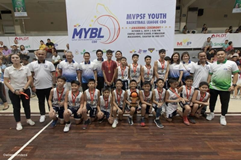 CAGAYAN DE ORO. The Corpus Christi Knights strike a pose with Cagayan de Oro City Mayor Oscar Moreno, former PBA coach Ryan Gregorio and the rest of the MYBL officials after defeating Xavier University, 86-39 in the final on Sunday at the Corpus Christi gym. (Wowel Condeza/CIO)