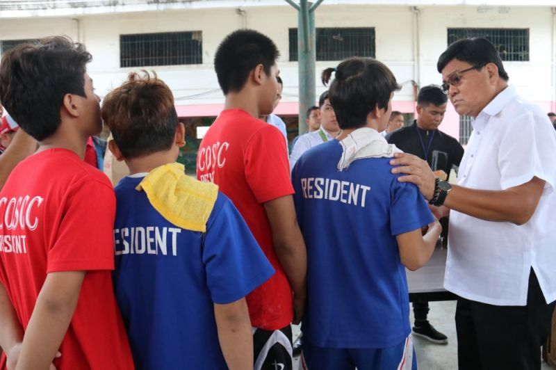 UNUSUAL VISITOR. Cebu City Mayor Edgardo Labella talks to residents of the Cebu City Operation Second Chance during his visit on Wednesday, Oct. 9, 2019. The mayor checked the facility in the wake of the escape of some 30 children. (Sunstar Photo / Amper Campaña)