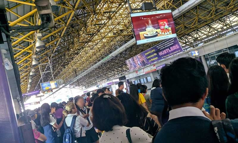 MANILA. Passengers wait for the train at LRT2 Cubao Station. Photo taken by Bayan secretary general Renato Reyes Jr. at 7:30 a.m., October 10, 2019. (Photo from Renato Reyes Jr. Twitter)