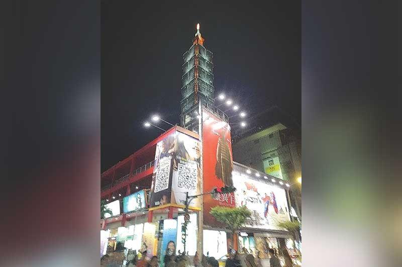 TAIPEI 101: Mihatag og kahayag sa dakbayan sa Taiwan ang maanyag nga suga sa gawas sa Taipei 101. (Hulagway kuha ni Joyce Villaflor)
