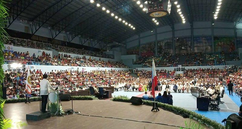 PAKIGPULONG NI AHONG: Puno ang Hoops Dome sa dakbayan sa Lapu-Lapu atol sa pakigpulong ni Mayor Junard Chan bahin sa iyang nabuhat sulod sa unang 100 ka adlaw sa pwesto. (Alan Tangcawan)