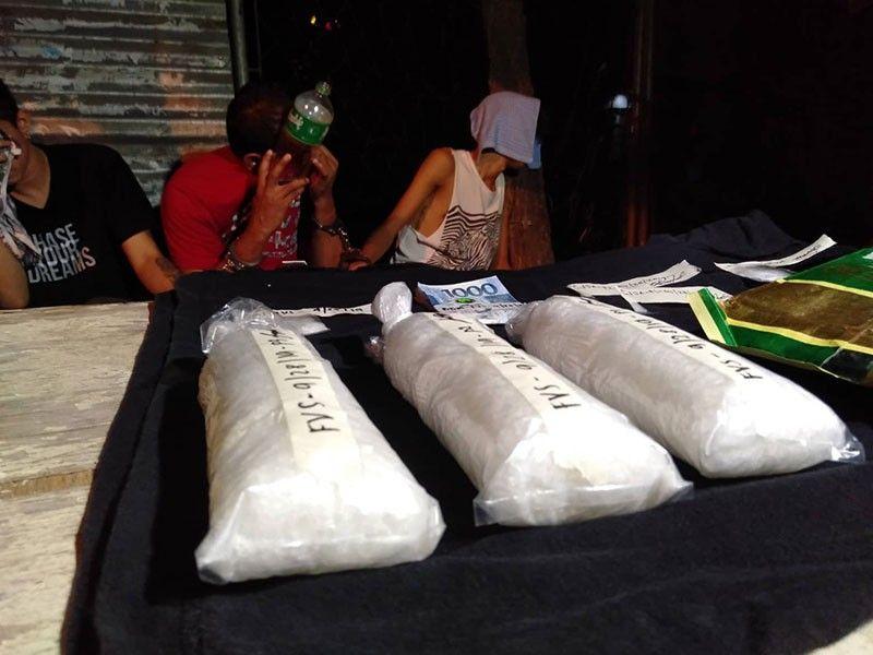 DRUGA: Gibanabana nga p 4.4 milyones nga kantidad sa shabu ang nasakmit sa hiniusang powers sa kapulisan gikan sa tulo ka mga dinakpan kagahapon sa kadlawon, Huwebes, Oktubre 10, 2019 sa Barangay Linao, dakbayan sa Talisay. (Benjie Talisic)