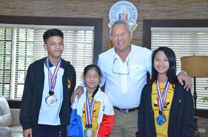 CAGAYAN DE ORO. Promising young chessers with Cagayan de Oro City Mayor Oscar Moreno. (CIO Photo)