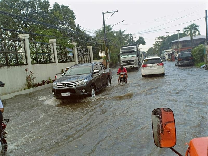 PAMPANGA. Motorists navigate a flooded street after a thunderstorm dumped rains in several Porac villages on Tuesday, October 8, 2019. (Ian Ocampo Flora)