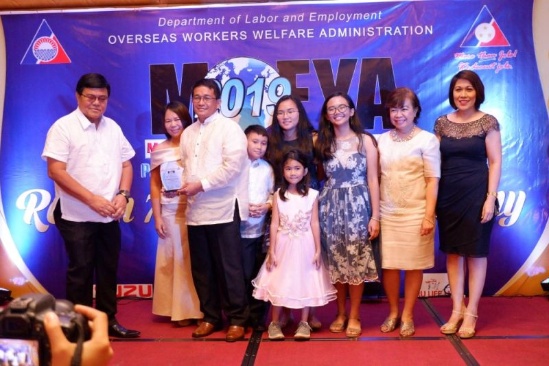 ROLE MODEL. The family of Ananias V. Legarde (third from left), a former mariner, receives from Cebu City Mayor Edgardo Labella (extreme left) the Model OFW Family of the Year Award 2019 in the sea-based category. (SunStar Photo/Ryan Tallo)