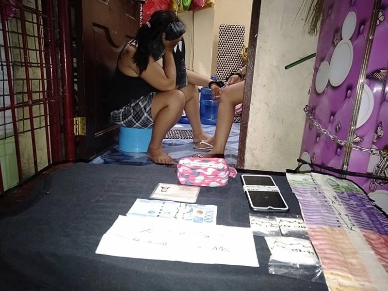 ■ ARON DI MAKLARO: Ang mag-agaw nga Baby Rose Rama ug Mae Villanueva nanabon sa ilang mga nawong dihang gipresentar human sa buy-bust sa Barangay Kinasang-an, Dakbayan sa Sugbo. / (Benjie Talisic)