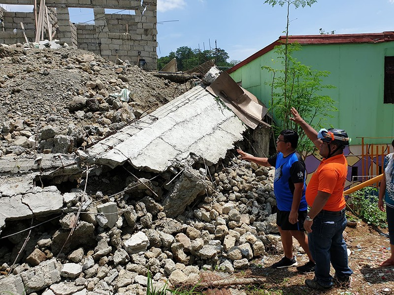 WALL COLLAPSES. Cebu City Mayor Edgardo Labella inspects a collapsed wall belonging to an apartment developer in Barangay Bacayan which is affecting residents living near there. (SunStar Photo / Philip A. Cerojano)