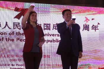Davao City Mayor Sara Duterte-Carpio and Chinese Consul General Li Lin raising a toast during the 70th founding anniversary of the People's Republic of China at the SMX Convention Center last September 29. (Photo by Ralph Lawrence G. Llemit)