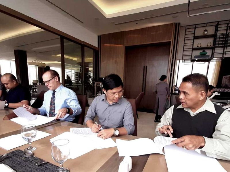 CONTRACT SIGNING. Engineer Dereck Llacuna (CIS facilites manager), Dr. Gwyn Underwood (CIS superintendent), architect Whinstone Doronila (president of Li Hua Ventures Development Corp.) and Jose Allan Mellijor (project manager / chief operating officer-MBP Consultants & Associates of Li Hua.
