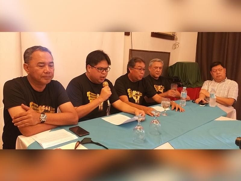BACOLOD. Tatak Kalamay convenors (from left) Raymond Montinola, Paolo Severino, Gerardo Locsin and Dave Alba with Sugar Regulatory Administration Board Member Emilio Yulo III in a press conference at Time Out Bar and Restobar in Bacolod City Sunday, October 13. (Erwin P. Nicavera)