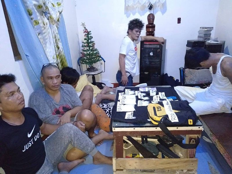 'HIGH VALUE TARGET': Sila si Lyndon Lastimosa, giingong sakop sa grupo ni Franz Sabalones, ug kaubanan nasikop sa buy-bust operation sa Provincial Intelligence Branch ug Philippine Drug Enforcement Agency (PDEA) 7. Usa sa ilang mga kauban nga si Artele Echavez sa ospital na nadakpan human makasibat atol sa pinusilay. (Benjie B. Talisic)